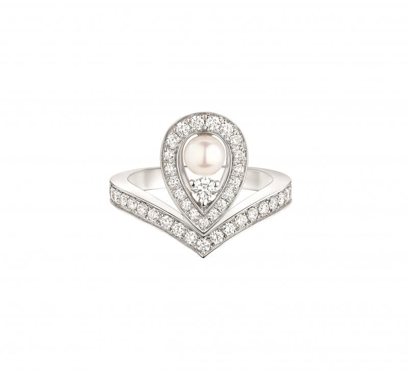 Joséphine Aigrette 18K白金珍珠戒指 • 鑲嵌一顆 0.6 克拉 Akoya 海水珍珠 • 建議售價: TWD 236,000 • Reference: 083289