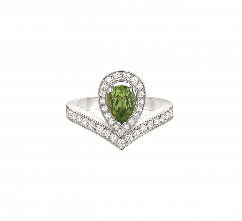 Joséphine Aigrette 18K白金橄欖石戒指 • 鑲嵌一顆 0.8 克拉梨形橄欖石 • 建議售價: TWD 228,000 • Reference: 083301