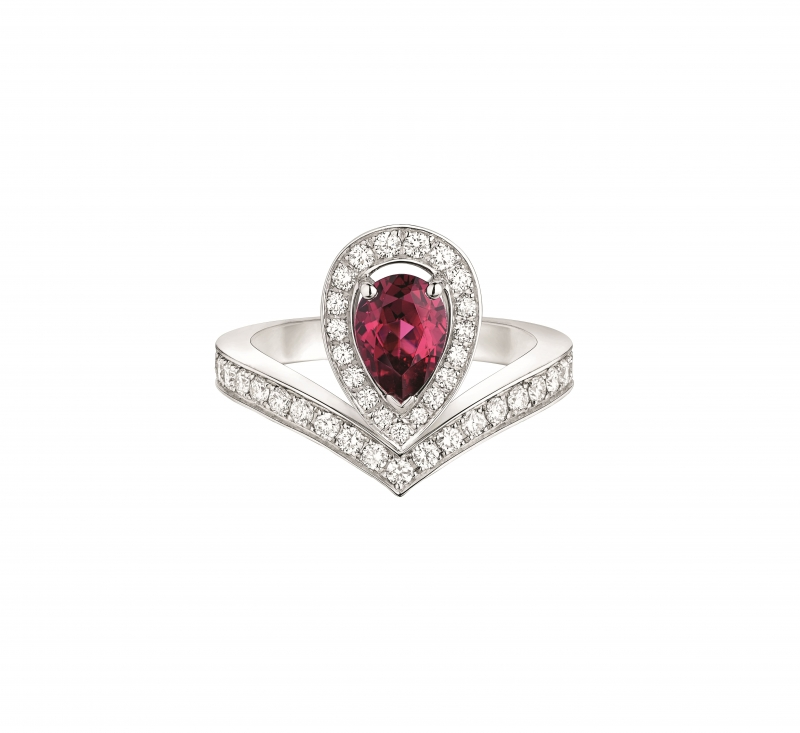 Joséphine Aigrette 18K白金玫瑰榴石戒 指 • 鑲嵌一顆 0.8 克拉梨形玫瑰榴石 • 建議售價: TWD 228,000 • Reference: 083340