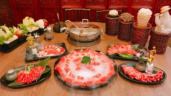 穿鳳袍、坐龍椅還有專人美甲服務!問鼎麻辣鍋養生鍋打造皇家級用餐體驗,這盤18盎司花開富貴牛拼盤超欠吃