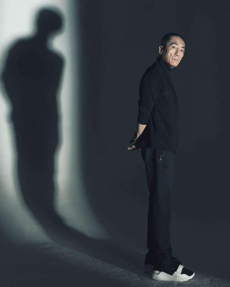 張藝謀 CHANG Yi Mo 張藝謀今年以動作劇情片《影》風光入圍第55屆金馬獎最佳導演。張藝謀表示:「我一直想拍一個替身的故事;萬物有光皆有影,把電影命名作影,也是這個意思。」有別於以往武俠電影呈現方式,在《影》一劇裡,張藝謀巧妙地將中國傳統水墨元素融入其中、以水墨畫的基調黑、白,加上人性的「膚色」以及「血色」,完美融合「寫實」與「寫意」兩大看似衝突的主題。本作品榮獲金馬評委青睞,入圍12項提名。談到對拍電影的想法,張導快意地說:「人性的複雜是挖掘不完的,身為導演,對情感、人性的故事就有一種激情,那種熱愛是永生的感覺。」