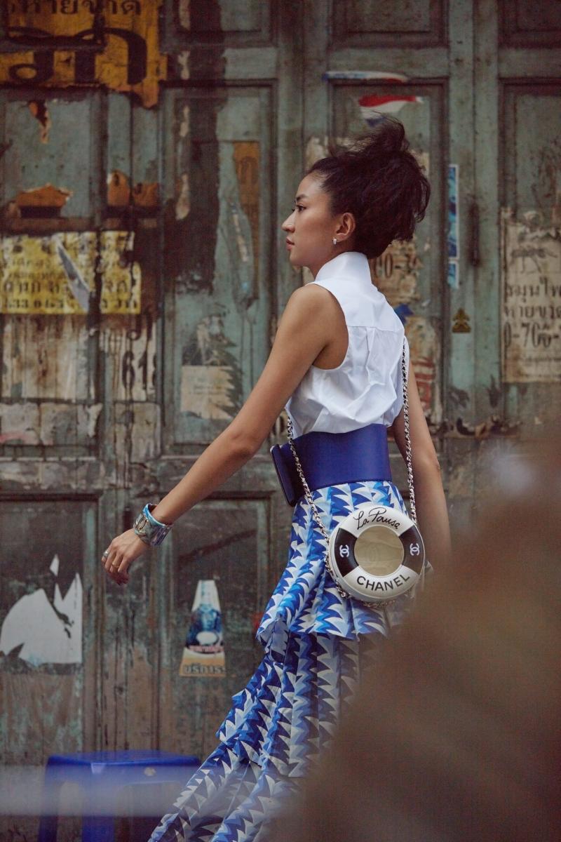 白色無袖平褶襯衫 售價NT$50,100元 、藍白色鯊魚鰭印花層次長裙 售價NT$148,900元、 藍色寬版小羊皮腰帶 售價NT$70,700元、黑色救生圈造型晚宴包 售價NT127,200元、藍琥珀色CC Logo樹脂銬式手環 售價NTD 43,800元、黑白雙色緞面綁帶草編鞋售價NT$22,100元 、COCO CRUSH戒指 小型款 售價NTD76,000元、 COCO CRUSH戒指 中型款 售價NTD108,000元 、COCO CRUSH耳環 售價NTD 165,000元