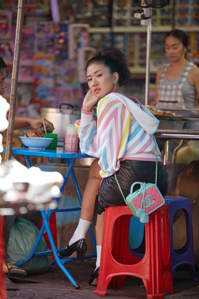 彩帶印花針織羊毛連帽上衣 售價NT$100,600元 、黑色側邊抽繩皮裙 售價NT$142,100元、 粉綠藍三色拼接復古化妝箱包 售價NT$131,300元、黑色皮革高跟瑪莉珍鞋售價NT$28,100元 、COCO CRUSH耳環 售價NTD 165,000元