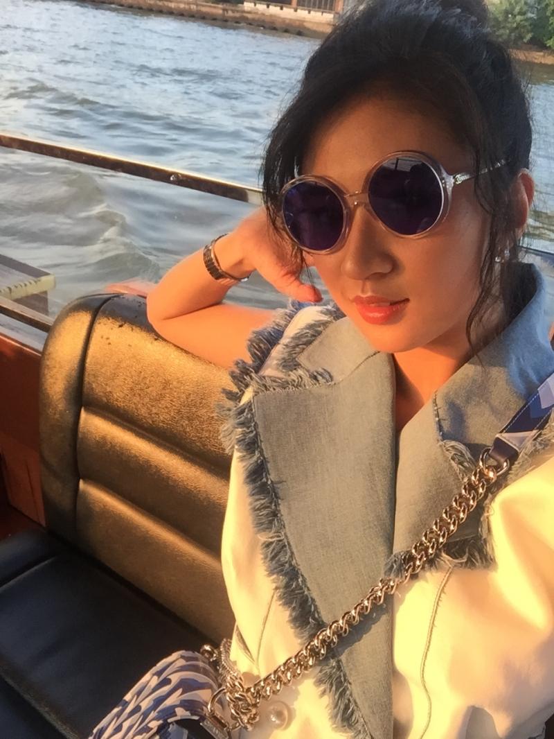 白色皮革拼接流蘇丹寧飾邊背心 售價NT$ 257,700元、藍色圓形太陽眼鏡 售價NT$14,600元