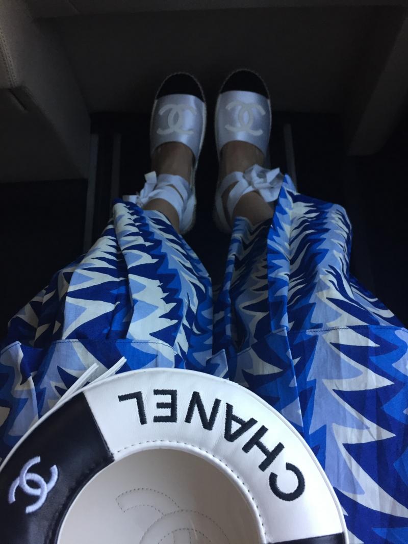 黑色救生圈造型晚宴包 售價NT127,200元、藍白色鯊魚鰭印花層次長裙 售價NT$148,900元、 黑白雙色緞面綁帶草編鞋售價NT$22,100元
