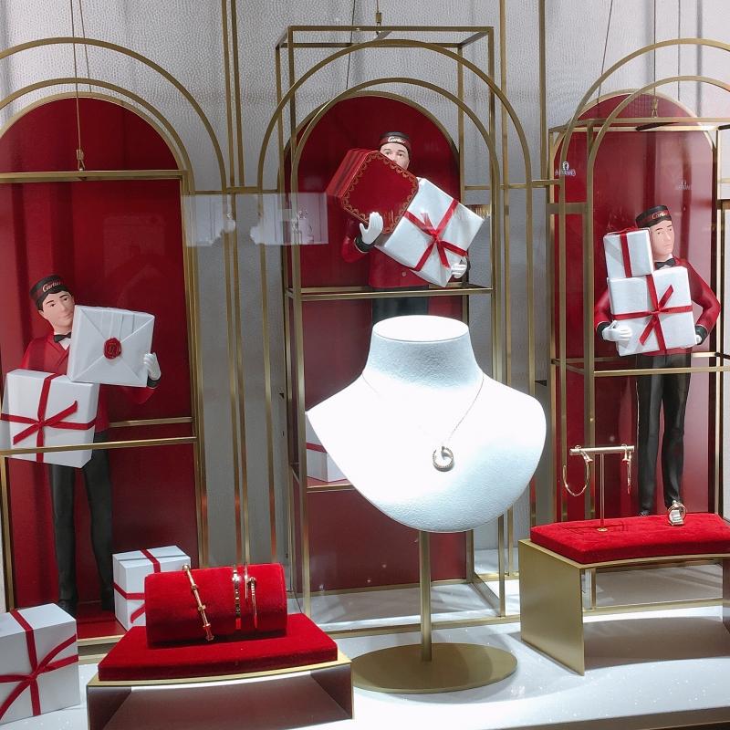 Cartier在台北101的櫥窗也換上聖誕主題佈置