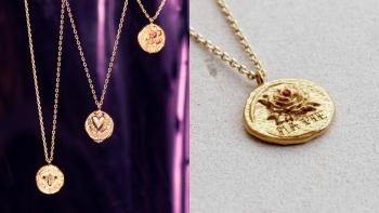 涵義深厚的送禮首選!精巧的鍍金項鍊鑲嵌上彩色施華洛世奇水晶和法語語句,絕對是表達情意的最佳禮物!