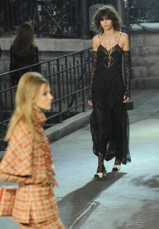 Chanel 2016 年 Métiers d'art 工坊系列,以法國女星在義大利電影中的絕美風姿為靈感,並在充滿傳奇色彩的 Cinecittà 片廠,發表了巴黎羅馬系列。