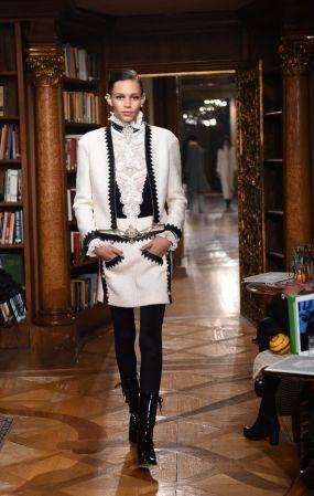 Chanel 2015 年的 Paris-Salzburg 工坊系列,靈感來自Karl Lagerfeld在德國的童年回憶,以及 Chanel 女士在奧地利的停留,並結合提洛爾傳統服飾的特色。