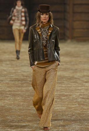 2014年,Chanel來到美國德州,並以「Paris-Dallas」為主題打造工坊系列。除了結合了荒野牛仔與印第安裝飾風格,並點出 Chanel 女士在二次大戰後與美國時尚圈之間的一段相知之情。