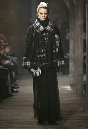 Chanel 女士與西敏公爵相戀時,經常到蘇格蘭的愛丁堡遊玩,而在2013年的工坊系列中,蘇格藍格紋與大地色彩,並結合品牌的經典優雅,在英國國家紀念遺跡─Linlithgow Palace,上演了一場浪漫的穿越劇。