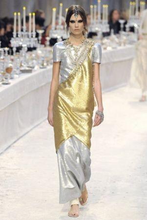 Karl Lagerfeld 運用天馬行空的創意旅行,將巴黎的大皇宮打造成異國風情十足的場景,發表了裝飾意味十足的巴黎孟買系列。