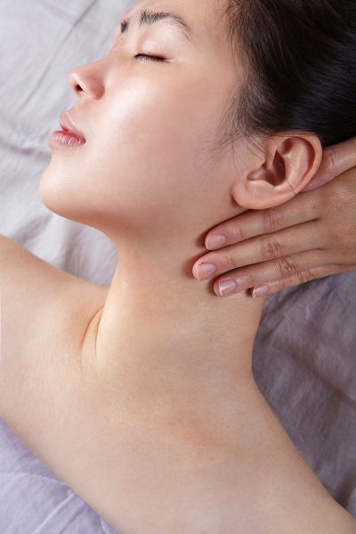 隱舍精油覺醒胸腹課程的肩頸引流