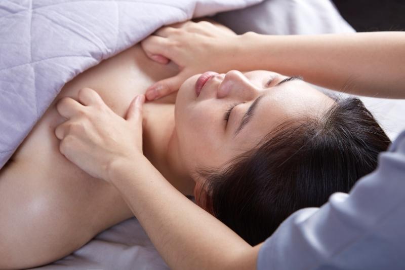 隱舍精油覺醒胸腹課程的前胸按揉