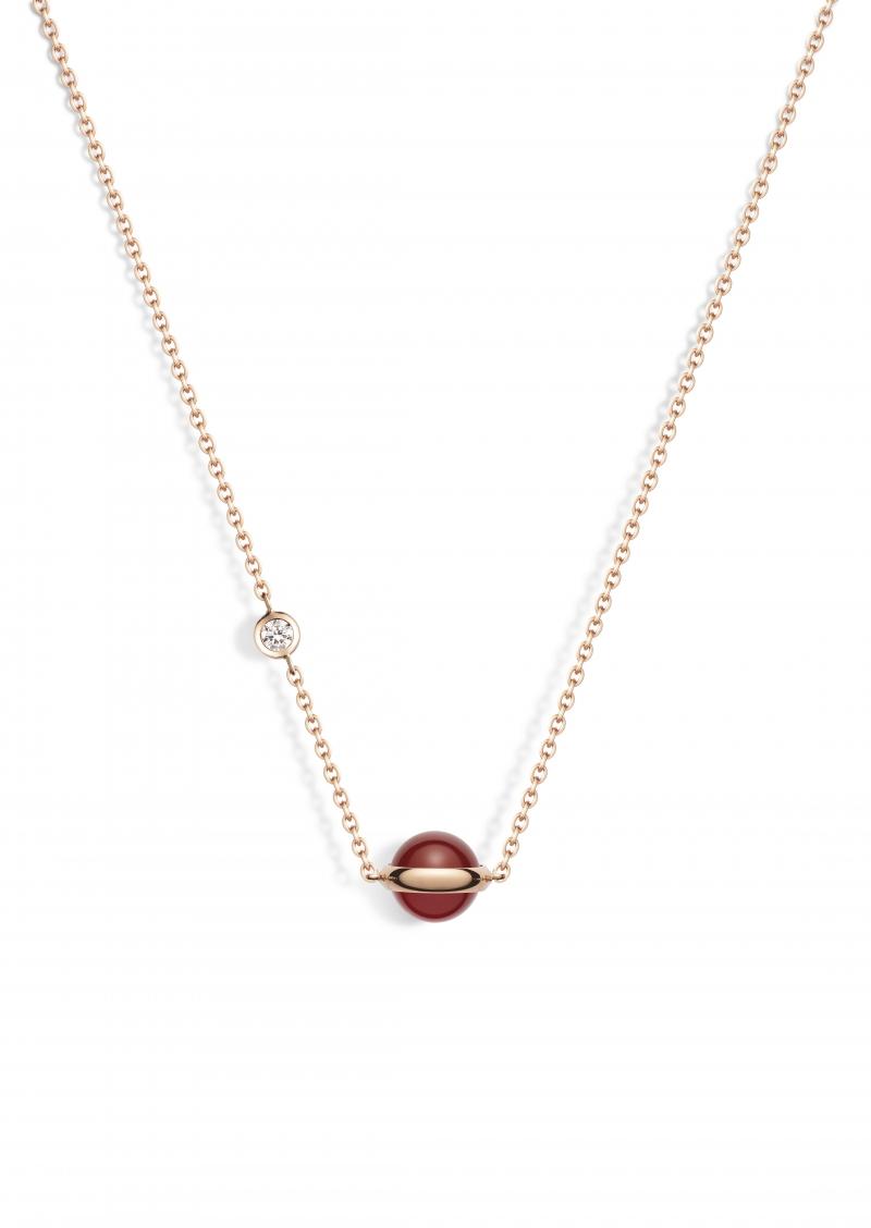 Possession紅玉髓墜鍊 18K玫瑰金,鑲嵌單顆明亮切割鑽石(重約0.62克拉)與單顆紅玉髓 G33PB200台幣參考價格55,000